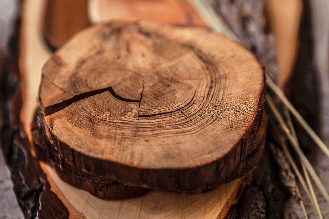 Holzbretter und Untersetzer auf Holzuntergrund