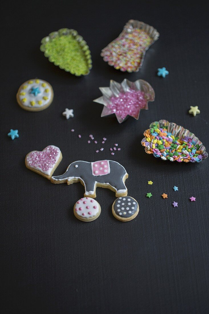Cutters with decorative pearls and coloured icing