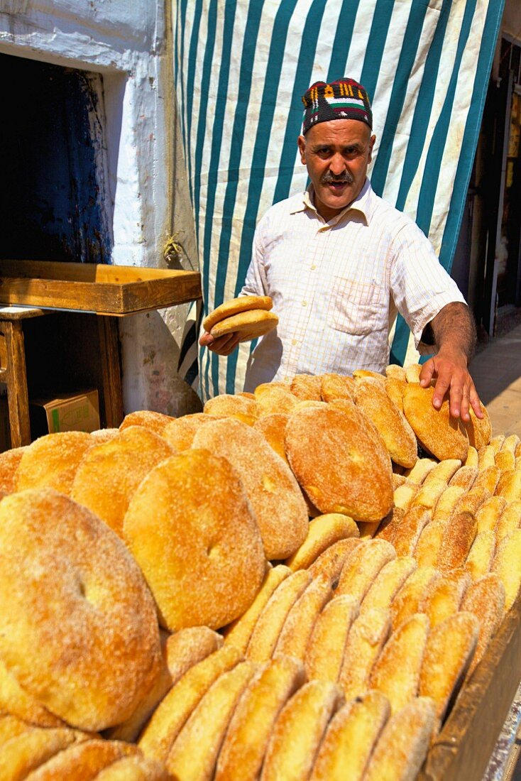 A baker selling fresh unleavened bread at a sales stand (Rabat, Morocco)