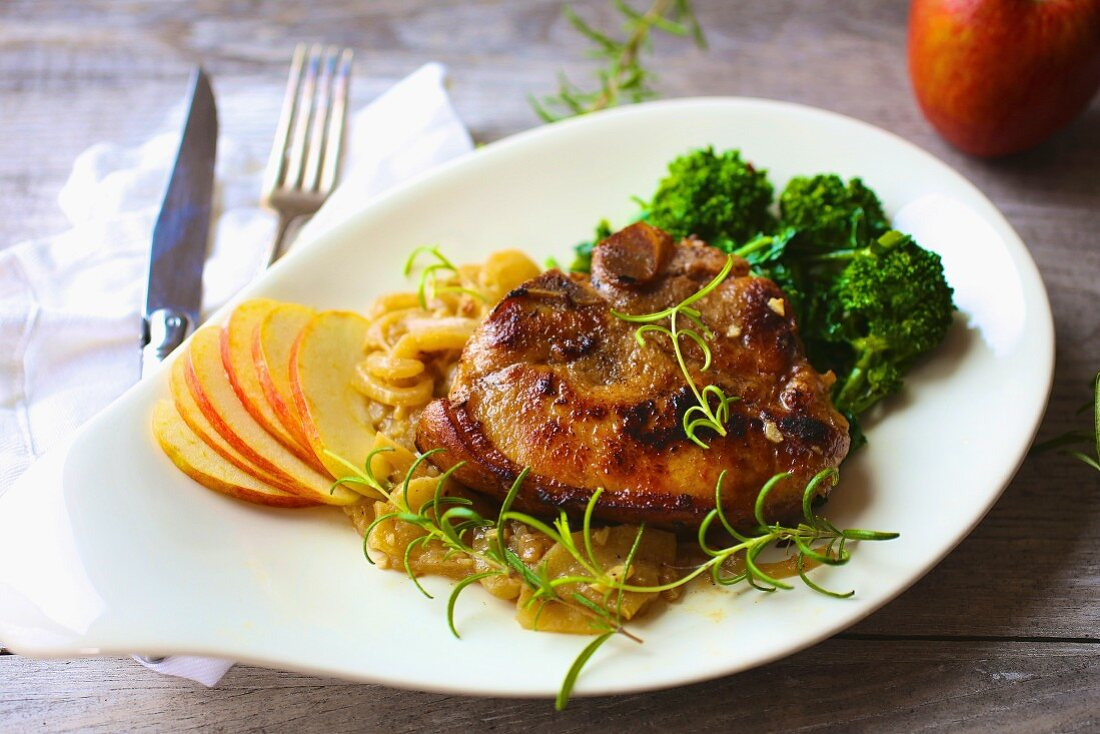Roast pork chop with apple and broccoli