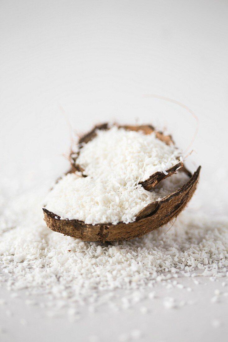Kokosraspeln in Kokosnussschale