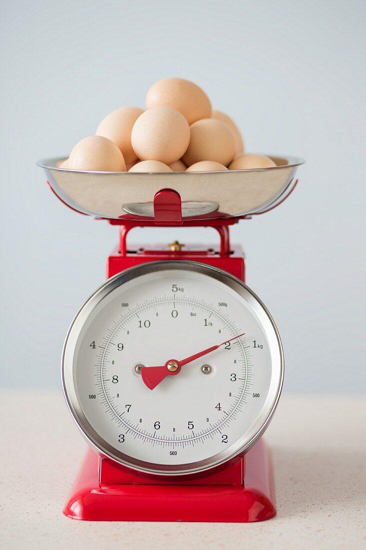 Bio-Eier auf roter Vintage-Küchenwaage