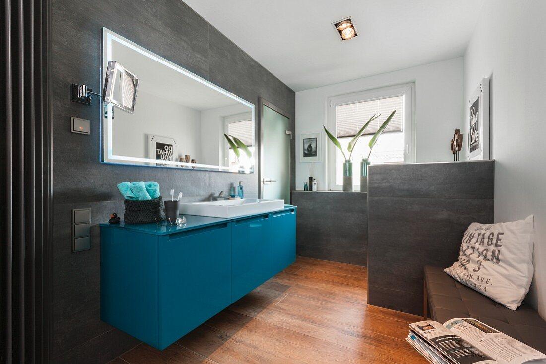 Zeitgenössisches Bad mit petrolfarbenem … – Bild kaufen – 20 ...