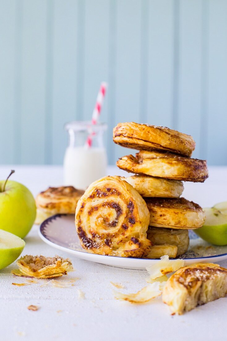Puff pastry buns with apple, cinnamon and raisins