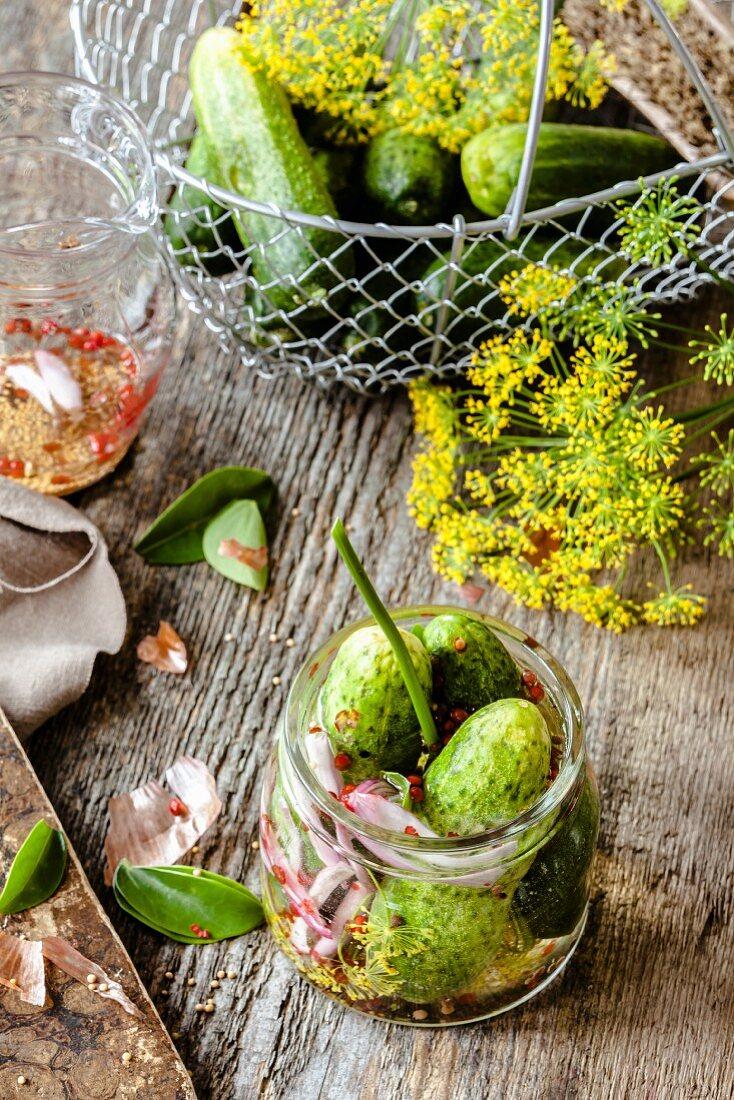 Einlegegurken mit Essigsud und Zutaten