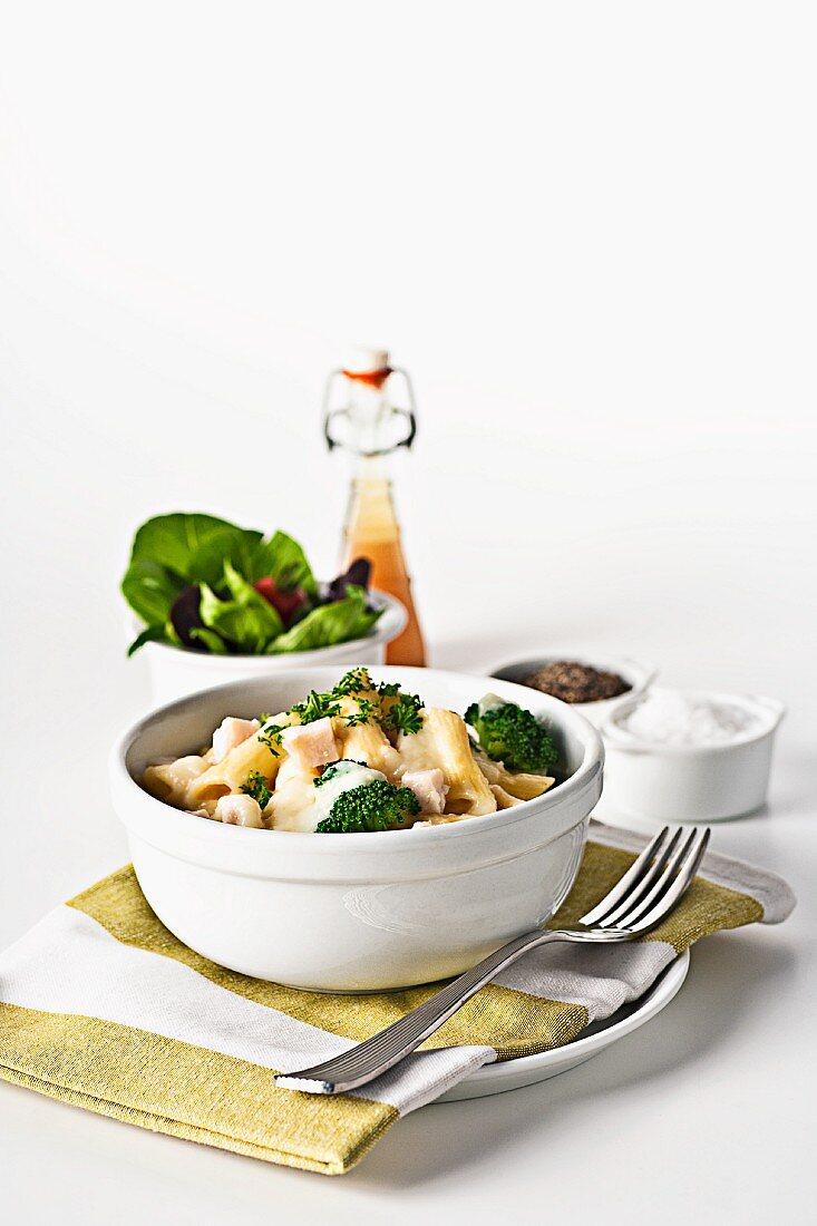 Penne mit Hähnchen, Brokkoli und Salatbeilage