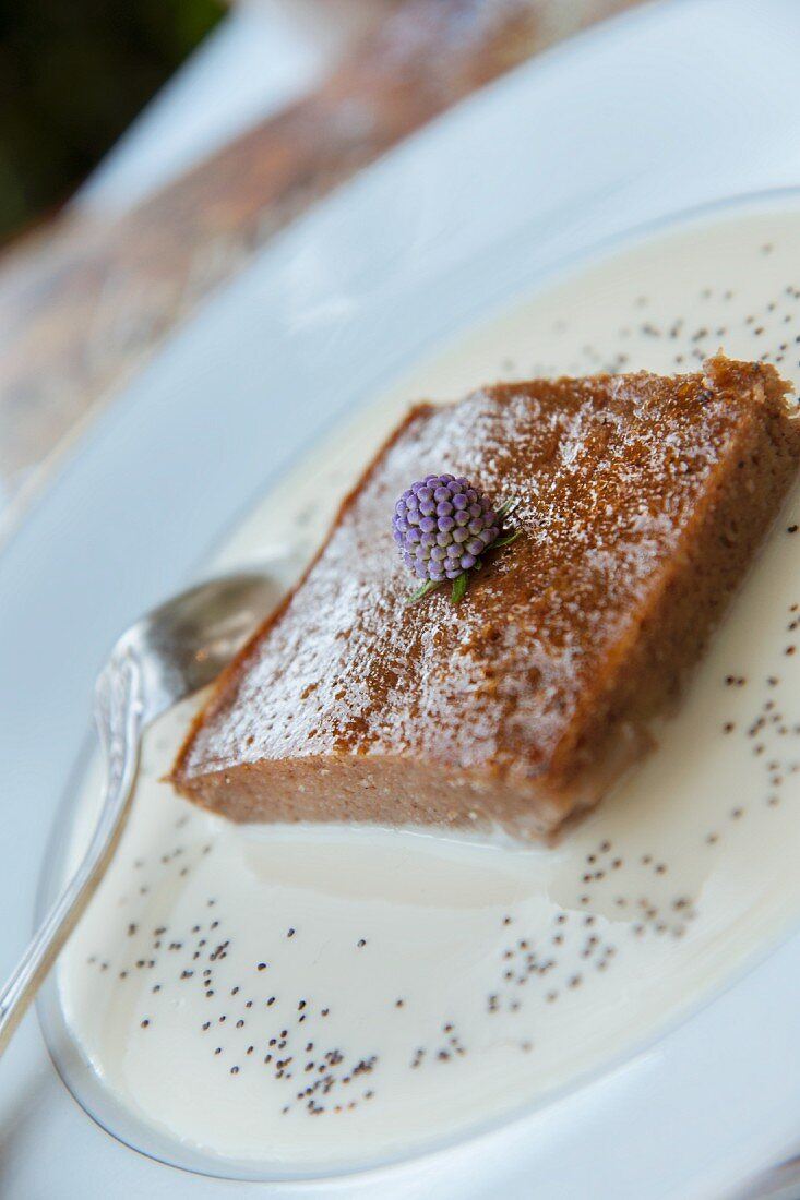 Pain perdu with almonds in vanilla sauce