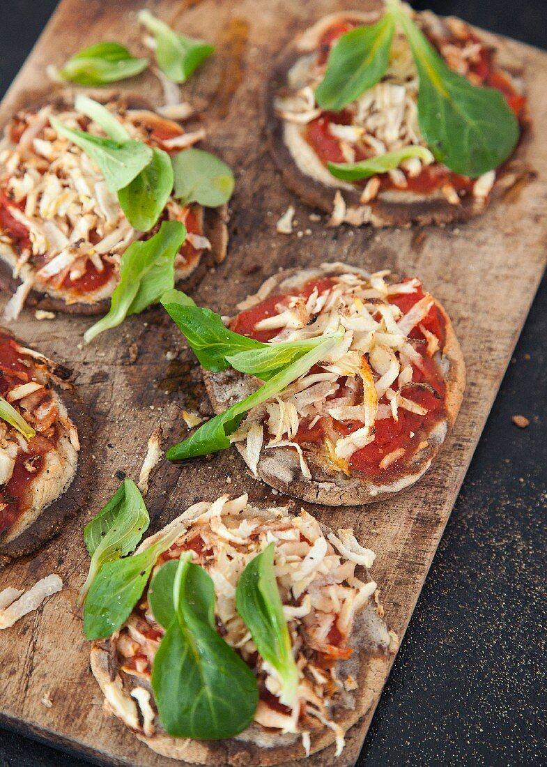 Vegan teff flour mini pizzas with purslane and Hamburg parsley