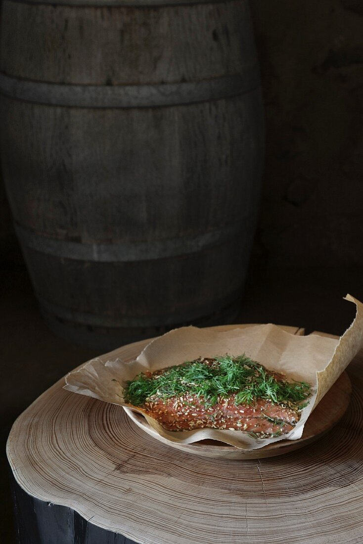 Christmas in a wine cellar: marinated salmon with dill and pepper