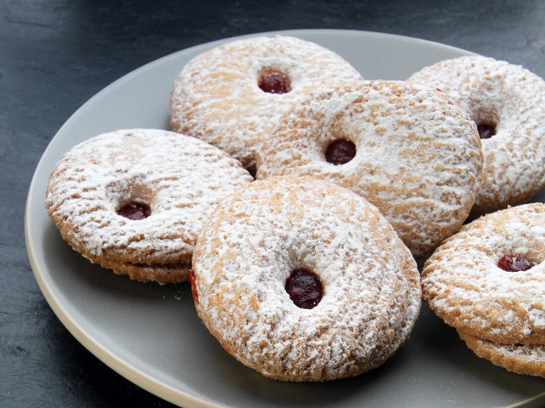 Raspberry-filled biscuits dusted with icing sugar