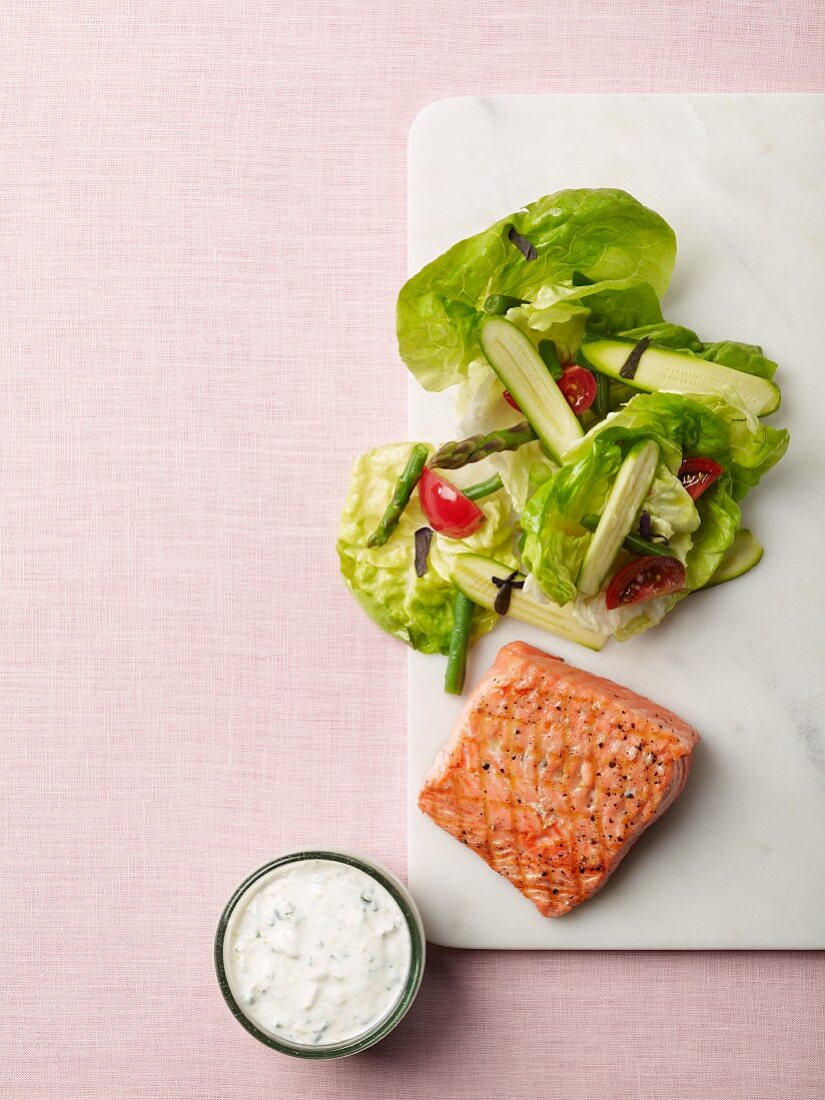 Salmon with lettuce, asparagus, courgette and ranch dressing