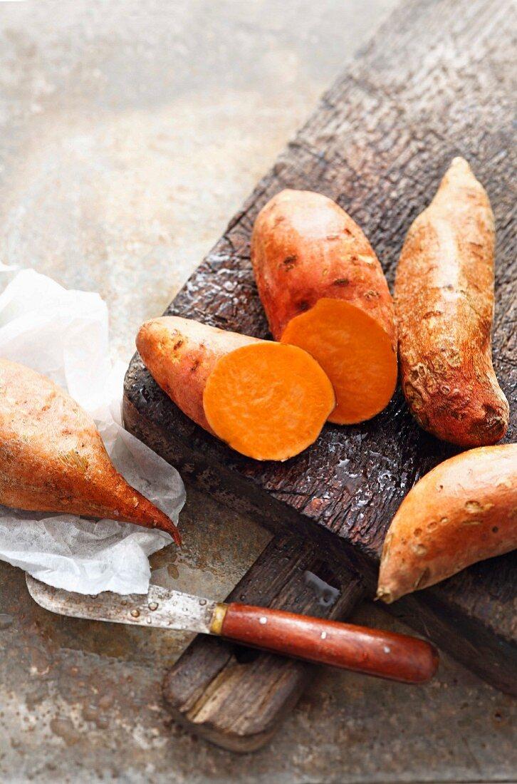 Süsskartoffeln auf rustikalem Holzbrett