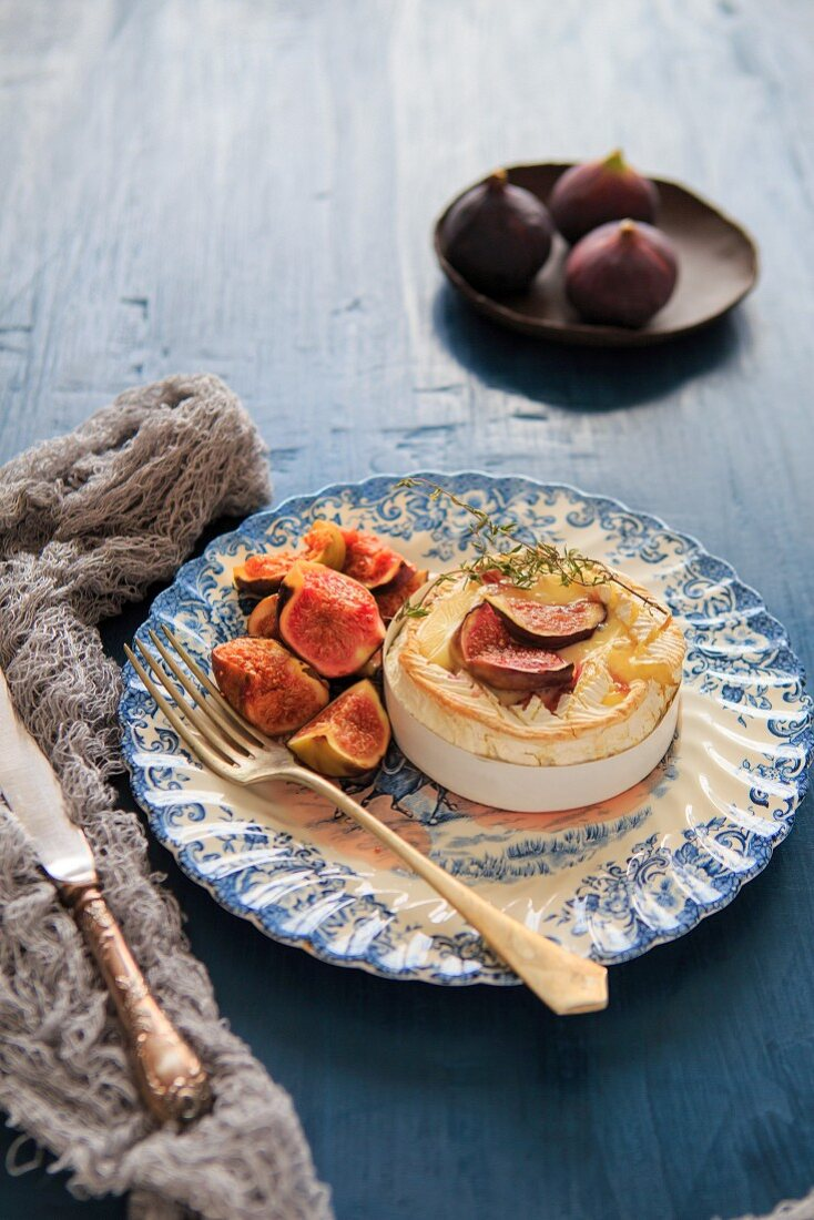 Gebackener Camembert mit gebratenen Feigen