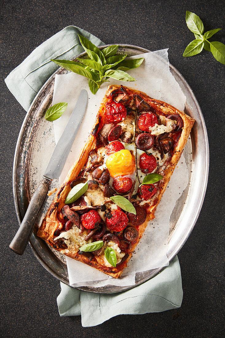 Frühstückstarte mit Tomaten, Pilzen und Chorizo