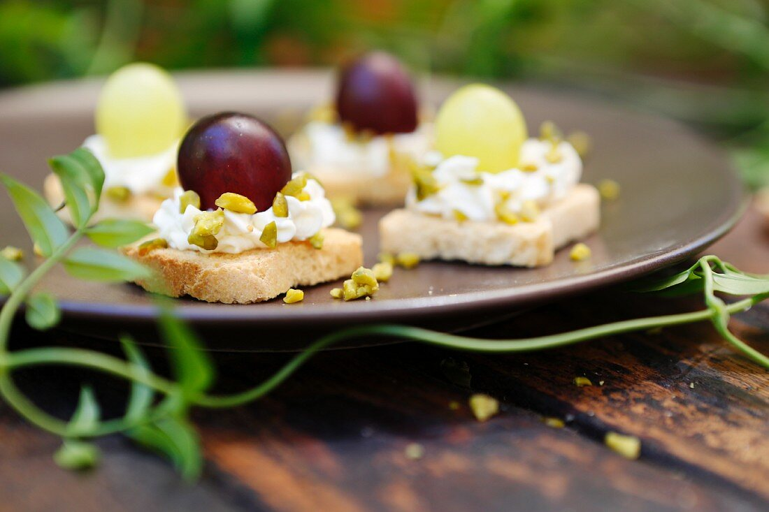 Croutons with goat's cheese, pistachios, and green and red grapes