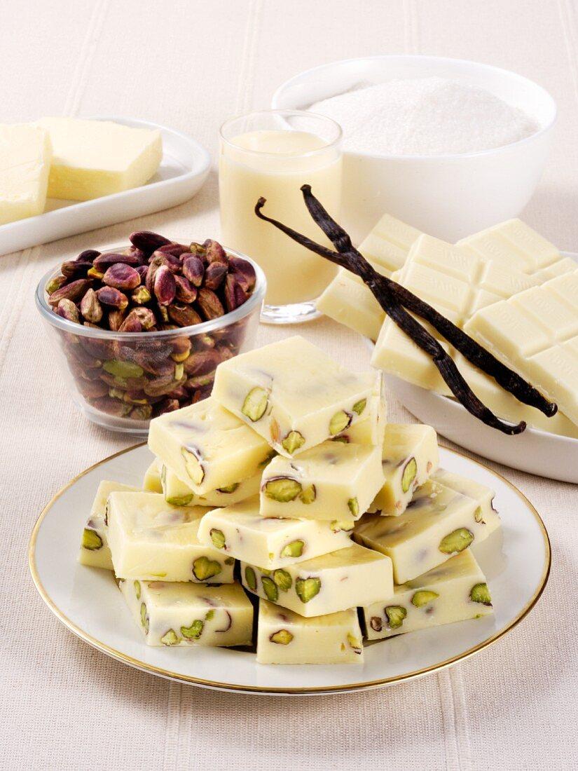 weiße Schokoladenwürfel mit Pistazien