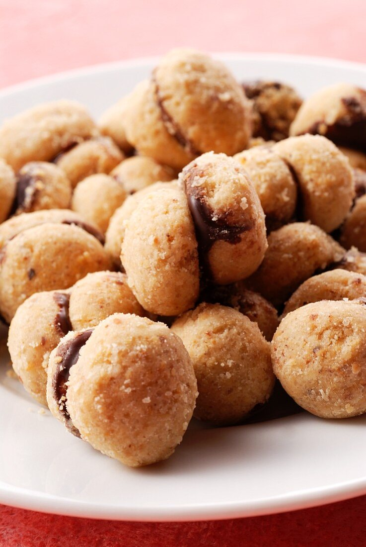 Baci di dama (Italian hazelnut biscuits with a chocolate filling)