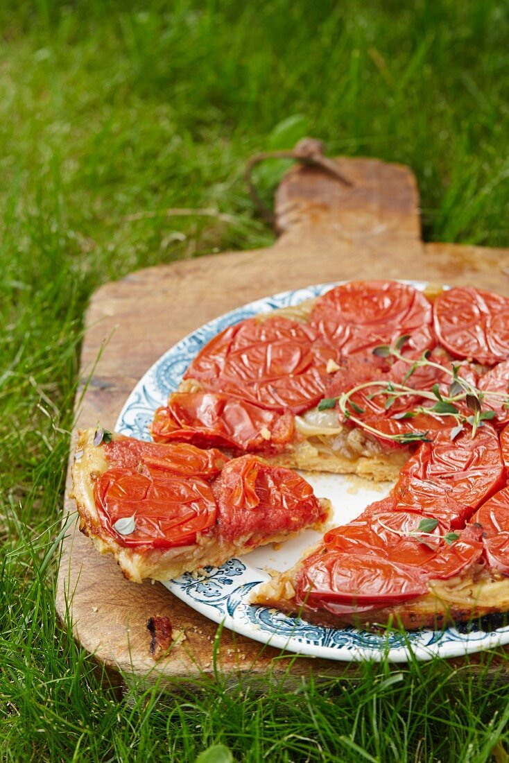 Tarte tatin with tomatoes, sliced