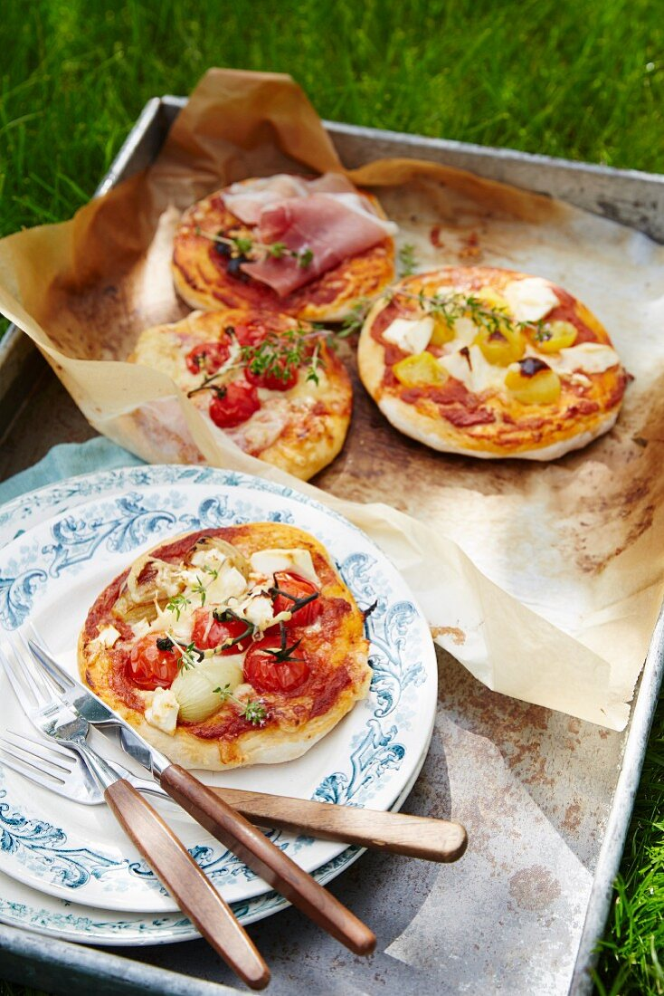 Mini pizzas with tomatoes and ham