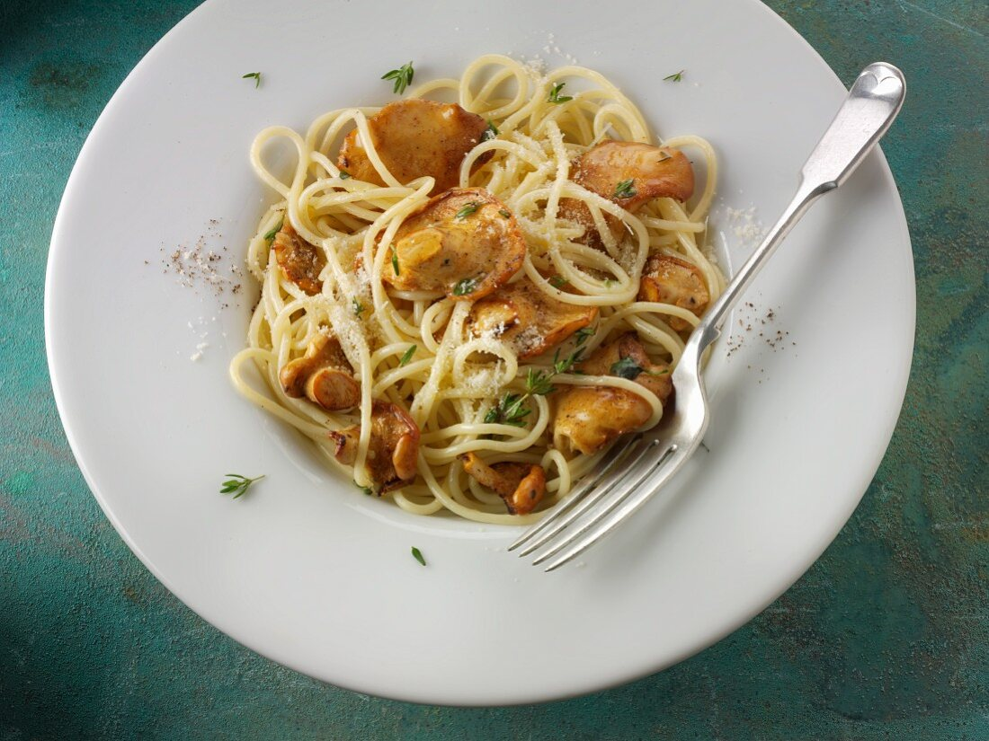 Spaghetti with hedgehog mushrooms, herbs and Parmesan