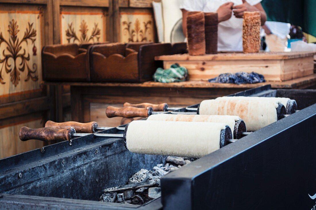 Baumstriezel (typische Süssspeise aus Budapest) auf dem Holzkohlengrill