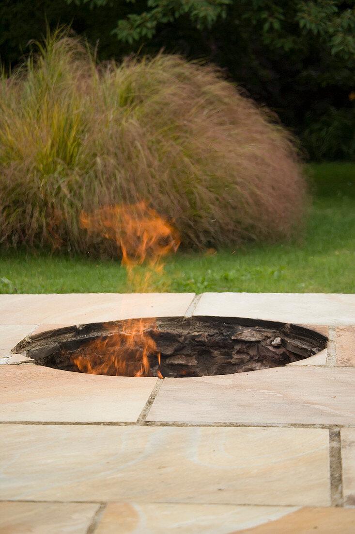 Feuerstelle In Der Terrasse Eingelassen Bild Kaufen 12163719 Friedrich Strauss Gartenbildagentur