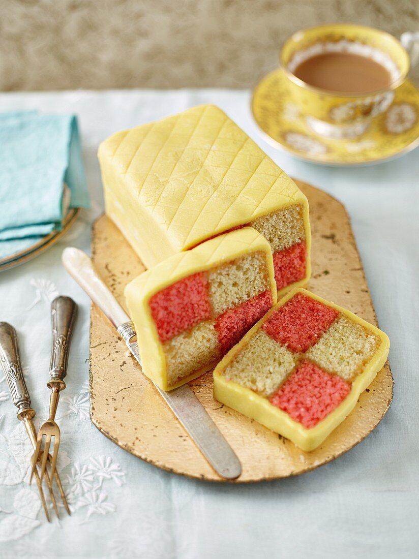 Klassischer Battenburg Cake, angeschnitten