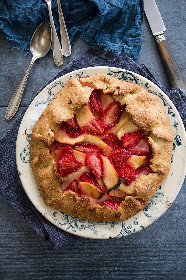 Rustic crostata with strawberries