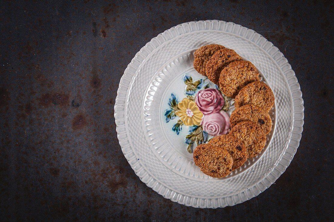 Haferflocken-Kokos-Gojibeeren-Cookies auf Teller