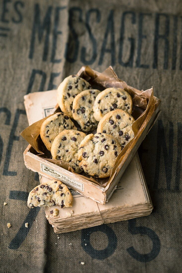Quick and easy almond cookies with chocolate chips