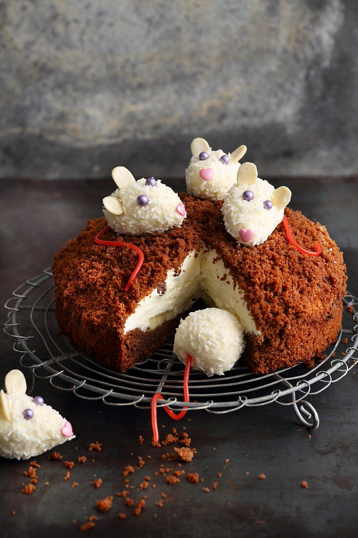 'Mouse Cake' with cream cheese, banana and chocolate crumble topping