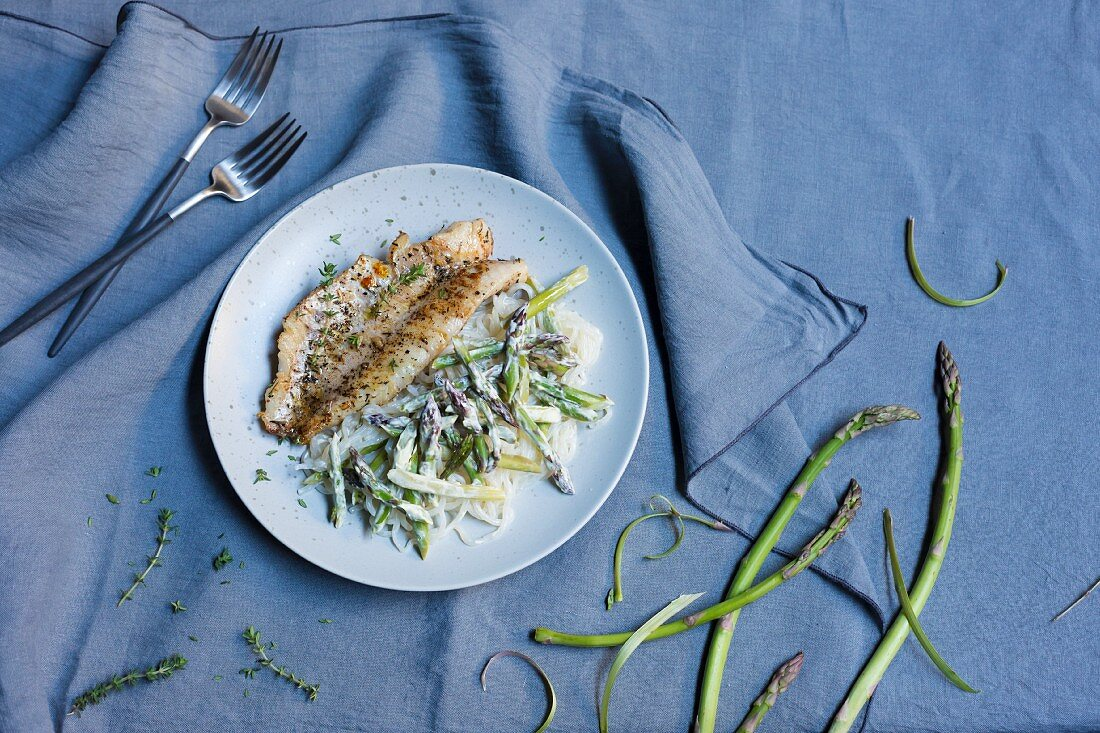Asparagus and Shirataki noodles with redfish (low carb)