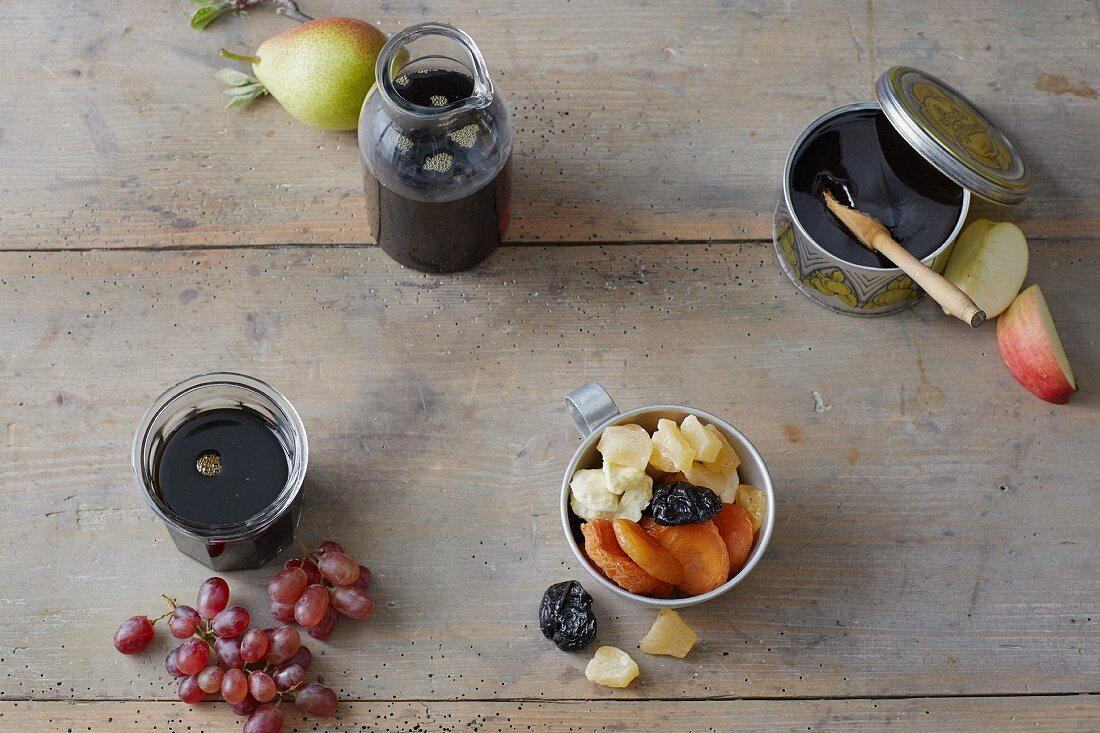 Natural sweeteners: pear and grape syrup, apple butter and dried fruit (sugar substitutes)