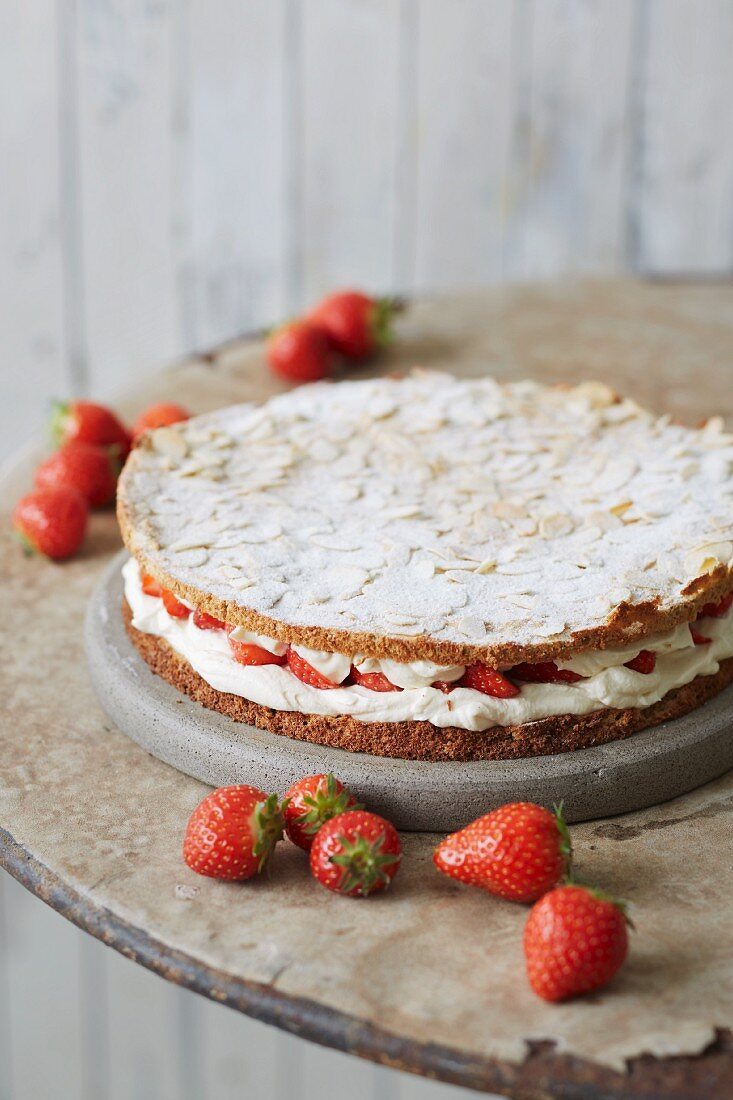 Sugar-free strawberry and almond cake filled with cream