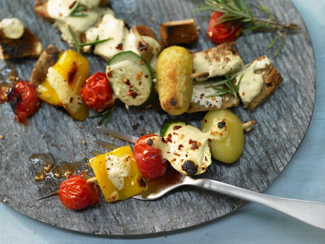 Gemüse-Kebabs aus dem Ofen mit Joghurt