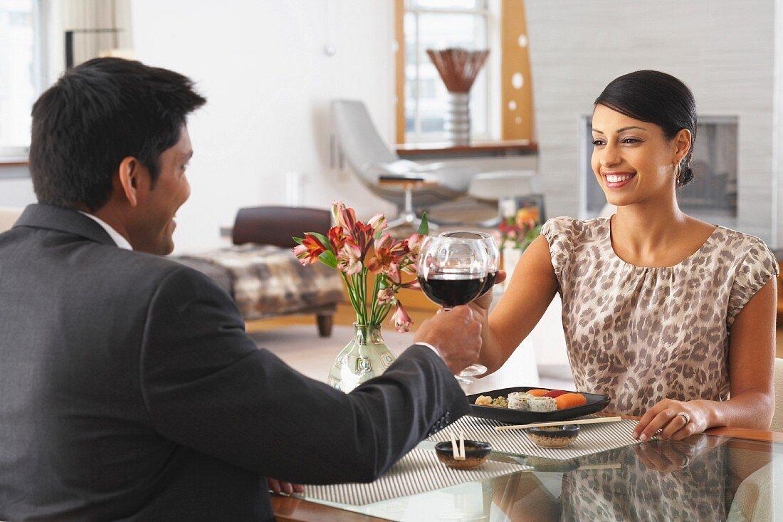 Elegant gekleidetes Paar beim Dinner