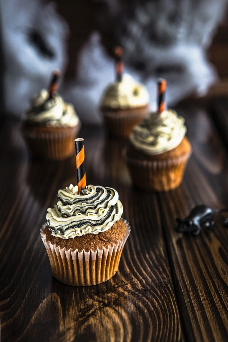 Halloween cupcakes with a rat