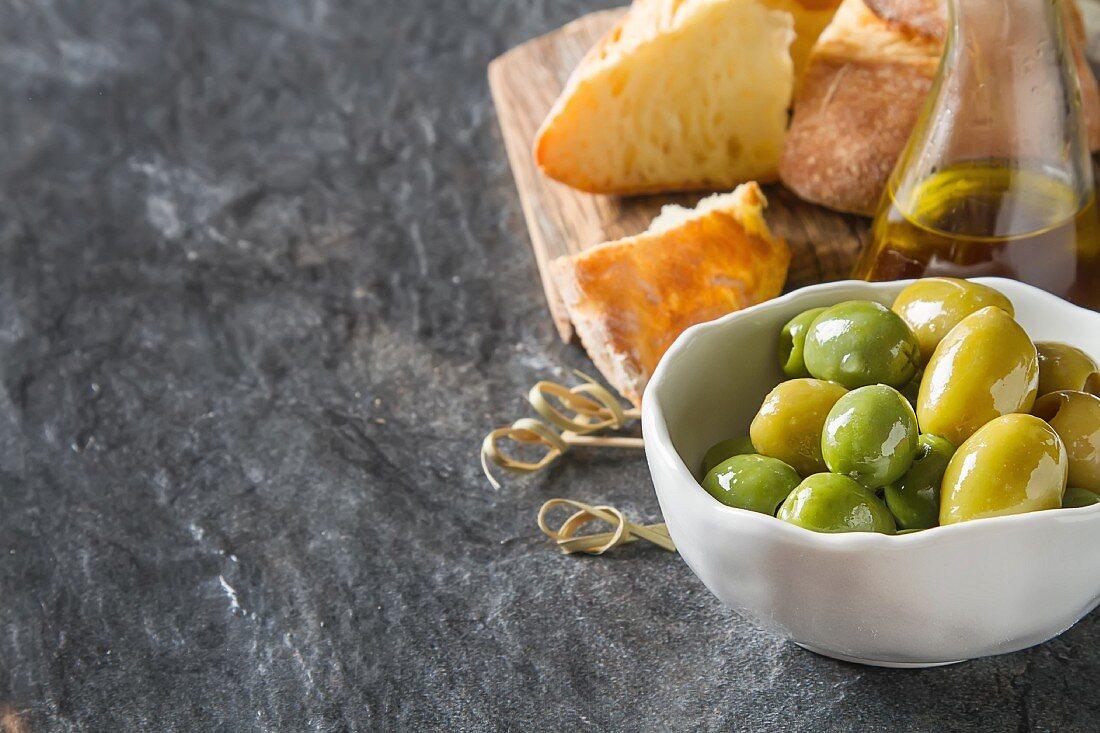 Grüne Oliven, Olivenöl und Weissbrot