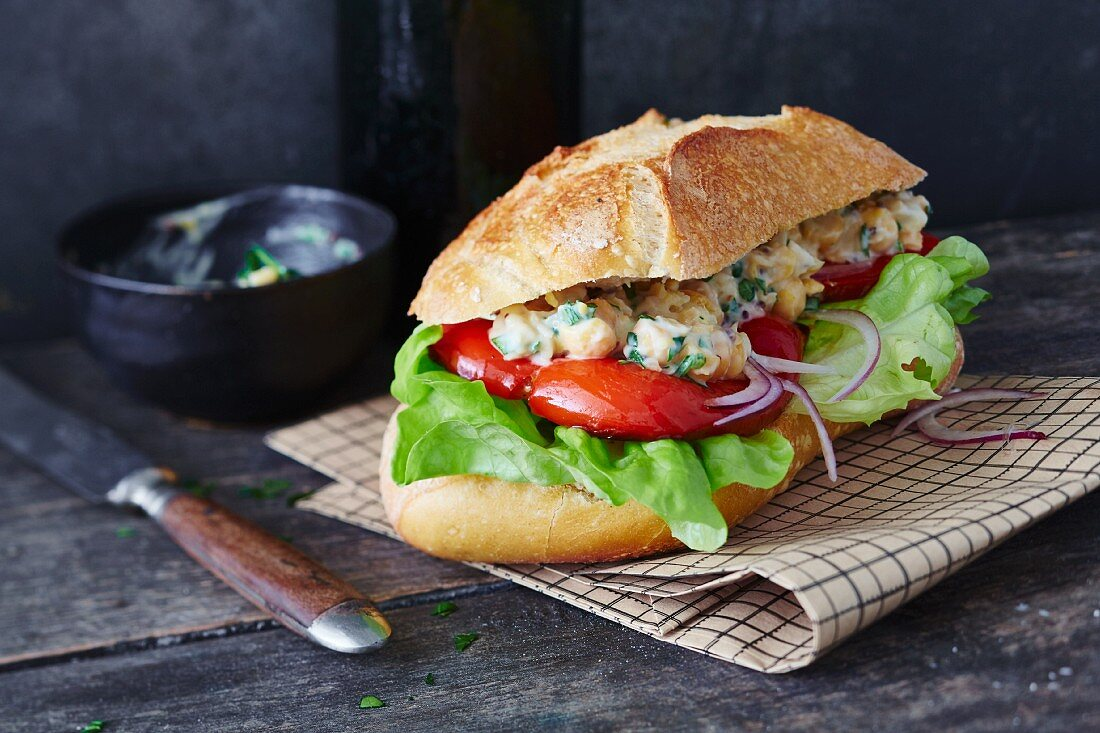 A vegan sandwich with grilled peppers (soya-free)
