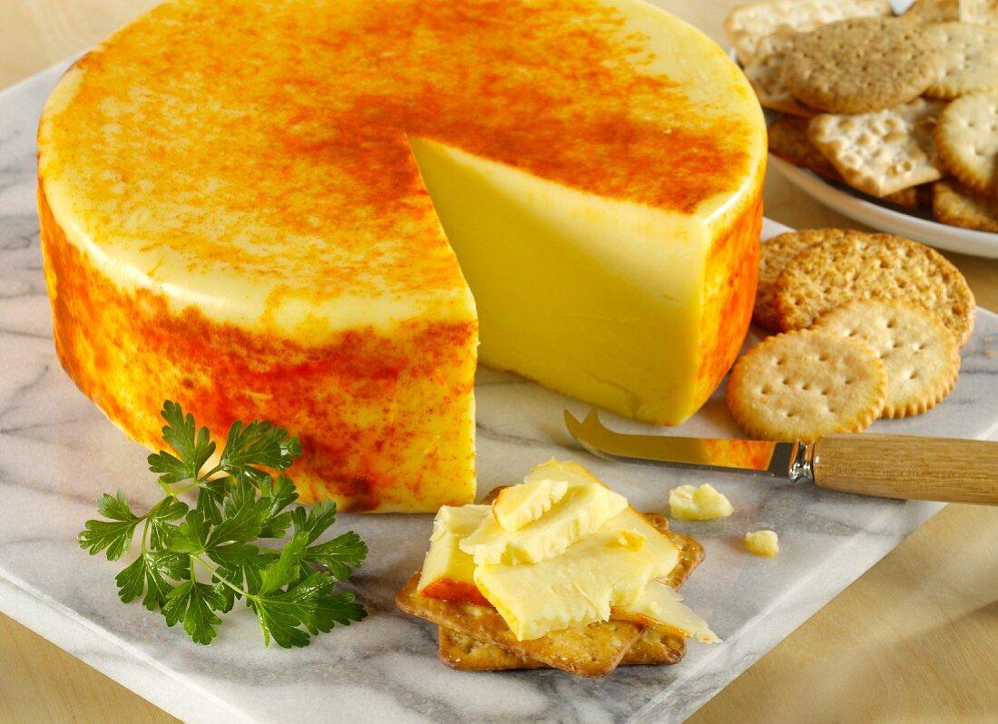 Applewood-Käse mit Paprikapulver, angeschnitten, mit Crackern