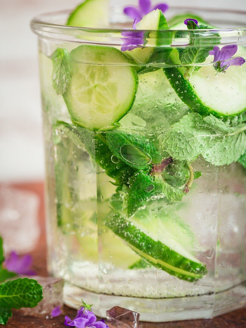 A cucumber and mint smoothie with flowers (close-up)