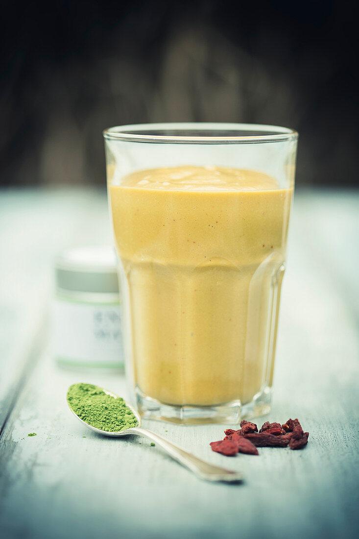 Mango-goji smoothie