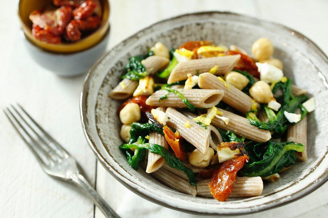 Wholewheat pasta with spinach, chickpeas and dried tomatoes