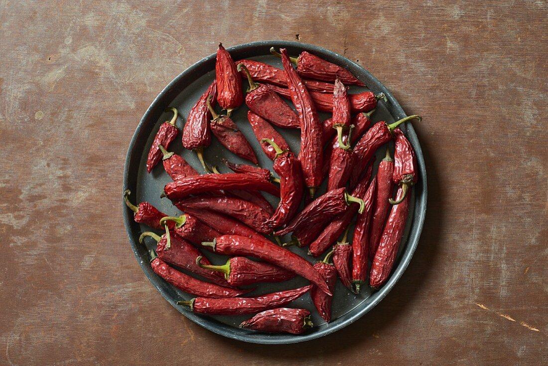 Getrocknete rote Chilischoten auf Teller