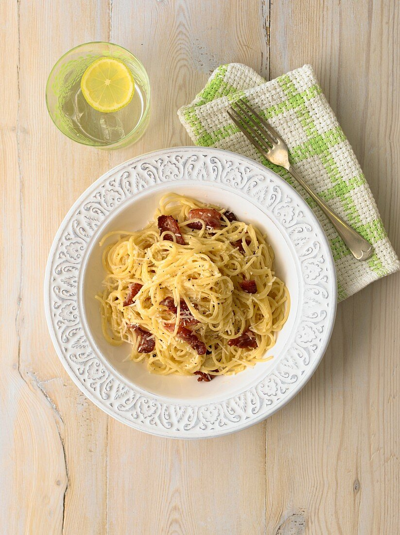 Spaghetti carbonara (seen from above)