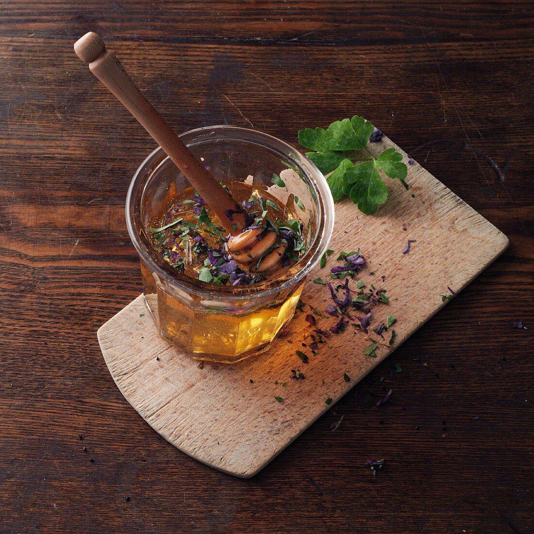 Akelei mit Honig mischen (Akelei-Honig nach Hildegard von Bingen)
