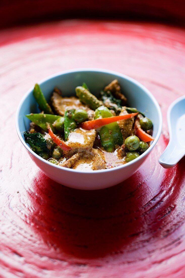 Gaeng Pad Pet Nuea (rotes Rindercurry mit Gemüse, Thailand)