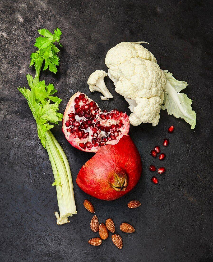 Vegane Zutaten: Stangensellerie, Granatapfel, Blumenkohl, Mandeln
