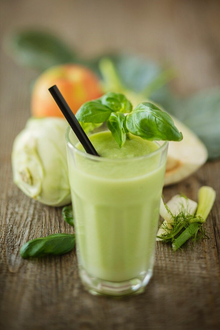A detox smoothie with kohlrabi, fennel, apple and basil