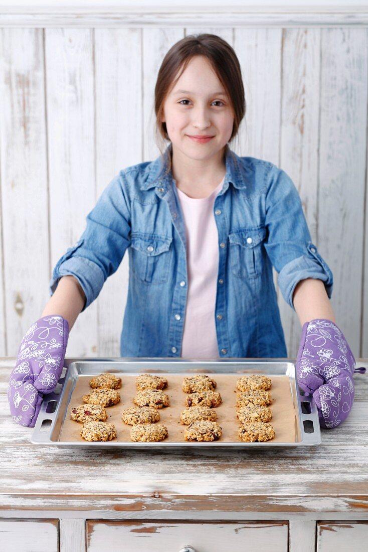 Mädchen mit frisch gebackenen Müslikeksen